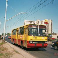 516 z Esperanto rusza z przystanku na Puławskiej róg Alei Lotników. Nad wozem wciąż jeszcze wisi trakcja zlikwidowanej linii trolejbusowej do Piaseczna. A, no i ostatnio przybył McDonald's. Fot. Dariusz Kalinowski.