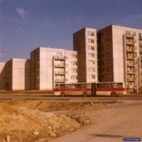 Zjazd po lewej prowadzi na parking przy Dunikowskiego, my wciąż podziwiamy Ikarusa (zapewne linii 192) na tle bloków przy Dembowskiego. Fot. Iwona Desperat.