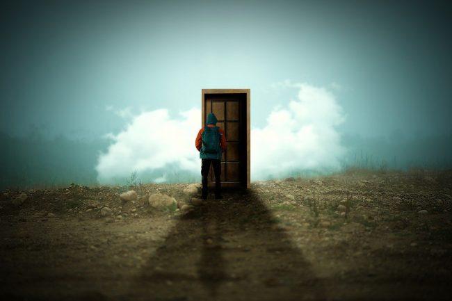 Trokit pareshtur tek ajo derë..