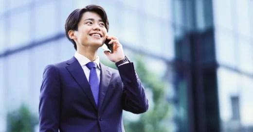 電話をかけているビジネスマン