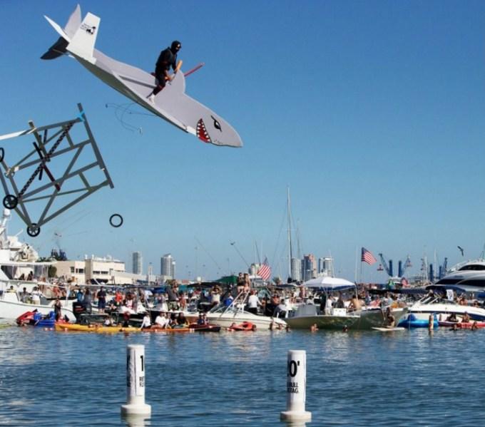 olahraga aneh - Kompetisi Pesawat Terbang Terjun ke Air