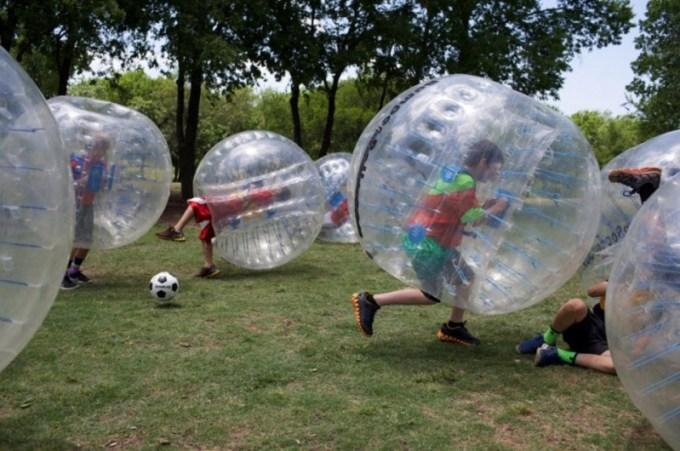 olahraga aneh - Sepakbola Gelembung