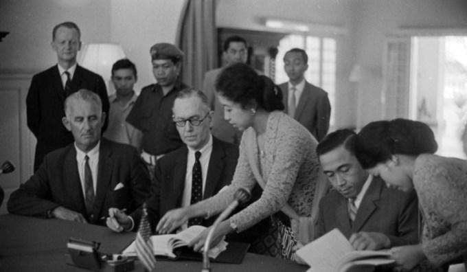 ini merupakan foto saat proses penandatanganan perjanjian new york