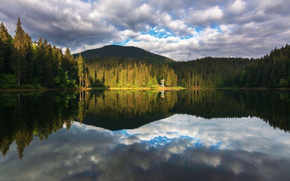 Синевир – горное озеро Украинских Карпат.