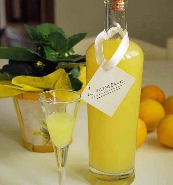Лимончелло – солнце Италии с лимоном в бокале