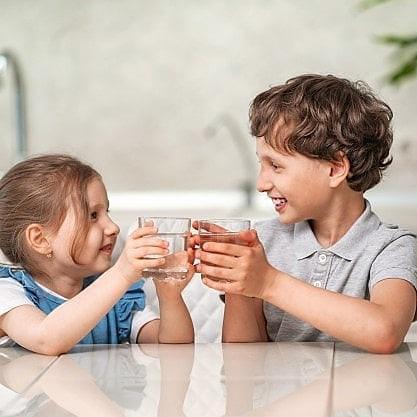 Как правильно пить воду. Стоя или сидя.