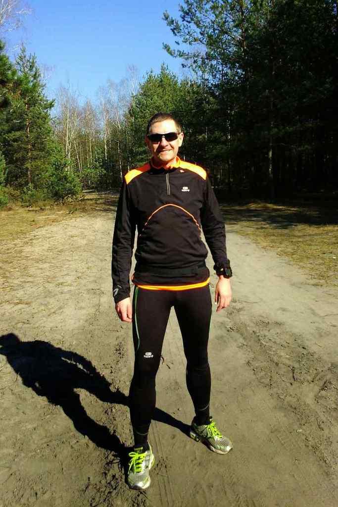 biegacz na leśnej ścieżce, słońce i piękna pogoda, wiosna