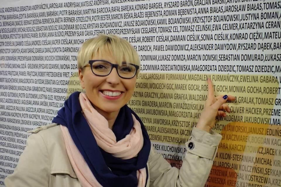 piękna kobieta na ściance