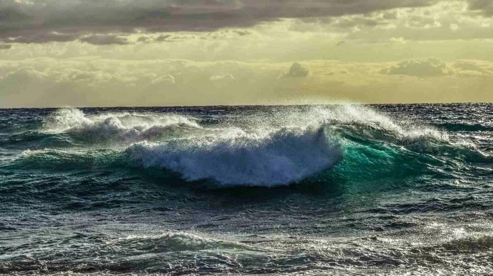 morska fala, zachmurzone niebo, silny wiatr