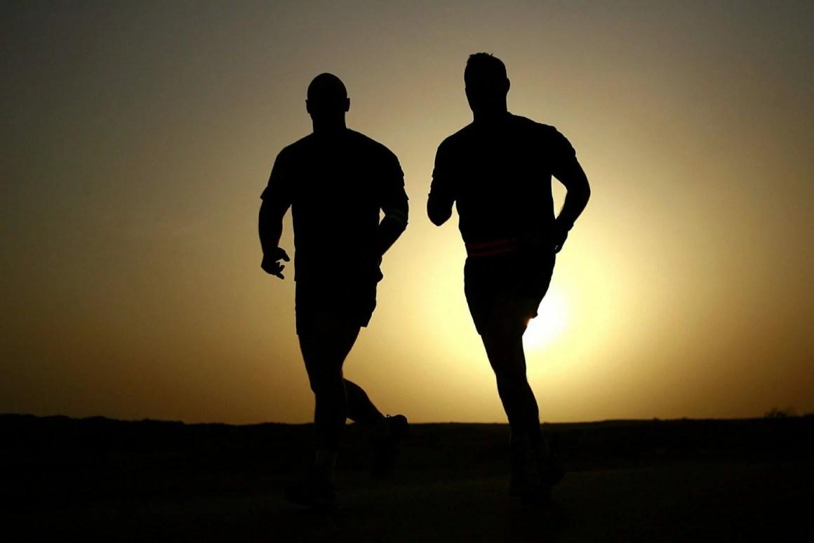 brak czasu na trening, trening o zachodzie słońca, biegacze