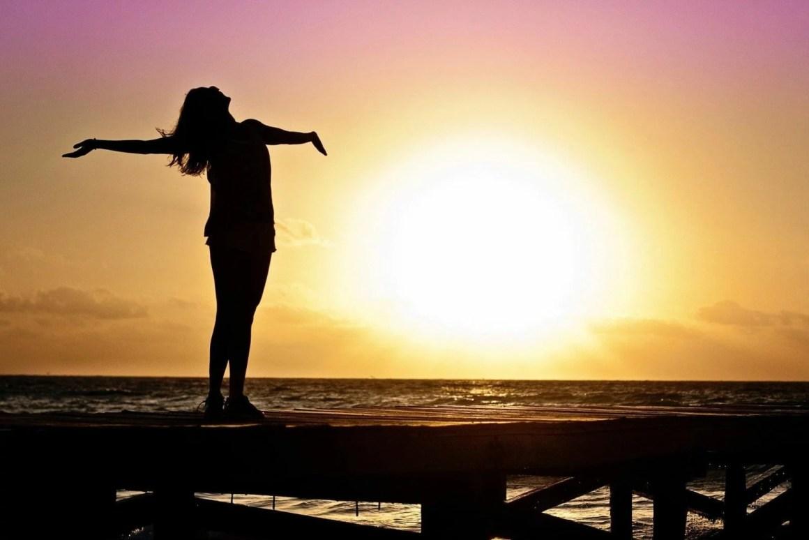 zachodzące słońce, kobieta na molo