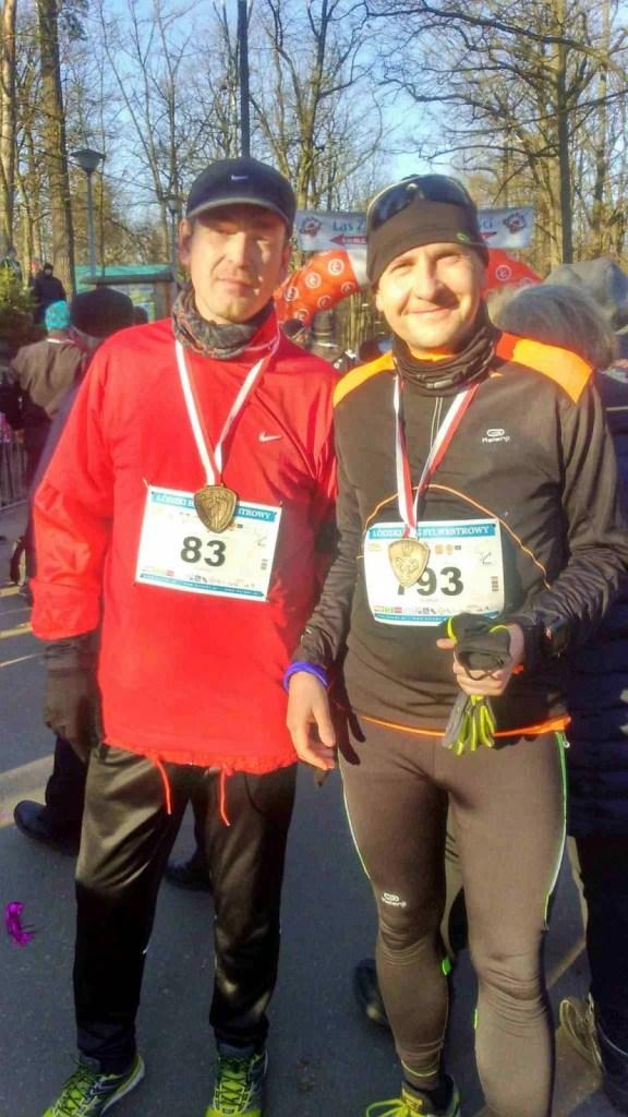 wspólne zdjęcie biegaczy z medalami na mecie biegu sylwestrowego w Łodzi
