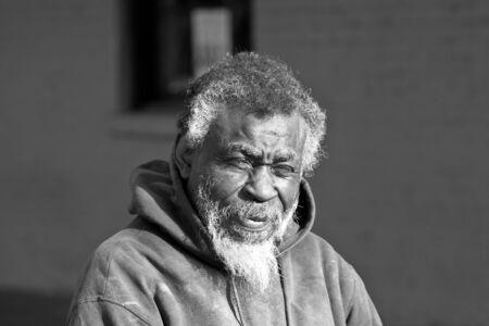 portrait de personnes agees africaine sdf americain en noir en blanc a l exterieur