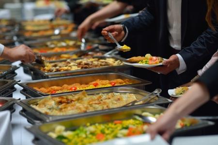buffet traiteur: Personnes Groupe restauration du buffet à l'intérieur dans le restaurant de luxe avec de la viande fruits et légumes colorés