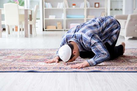 un homme musulman qui prie a la maison