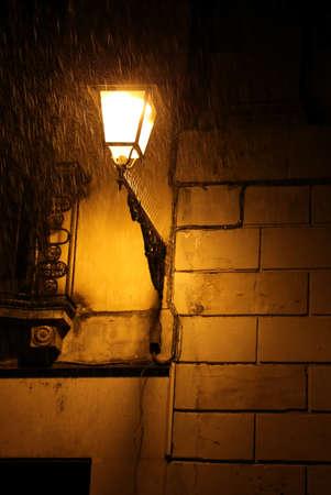 lampadaire italien au cours de la nuit avec la tempete et la pluie