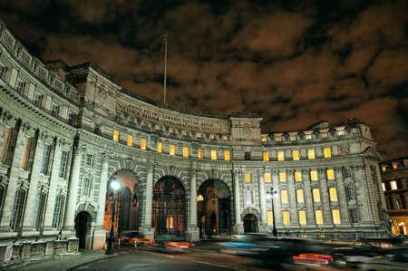 Arco del Almirantazgo, Mall, Londres, Inglaterra, Europa, iluminada por la noche en invierno.  Almirantazgo arco es una puerta de enlace ceremonial que conduce desde la esquina suroeste de la Plaza de Trafalgar en el Mall. Fue un encargo por el rey Eduardo VII en la memoria de su polilla Foto de archivo - 8392694