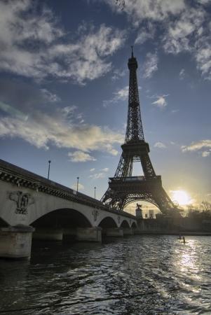 Lever du soleil d'hiver à Paris, la Tour Eiffel vue du Trocadéro - France Banque d'images - 15381532