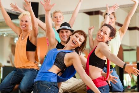 Zumba や Jazzdance - studio またはスポーツまたはダンス ナンバーの練習ジムでダンスの若者 写真素材 - 14727828