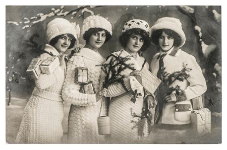 kerst foto: gelukkige jonge vrouwen met geschenken en kerst boom. vintage foto met originele film graan en onscherpte Stockfoto