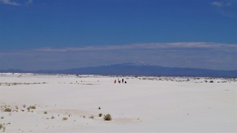 Menschen in der weißen Wüste