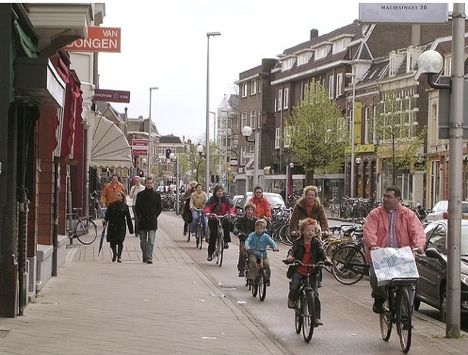 """The Dutch like their bike lanes to be continuous, two-way, and separated from traffic so that """"bikes flow like water."""" Image: ##http://planetgreen.discovery.com/tech-transport/do-bike-helmets-save-lives-or-do-they-hurt-cycling.html##Planet Green##"""