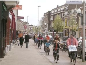 "The Dutch like their bike lanes to be continuous, two-way, and separated from traffic so that ""bikes flow like water."" Image: ##http://planetgreen.discovery.com/tech-transport/do-bike-helmets-save-lives-or-do-they-hurt-cycling.html##Planet Green##"