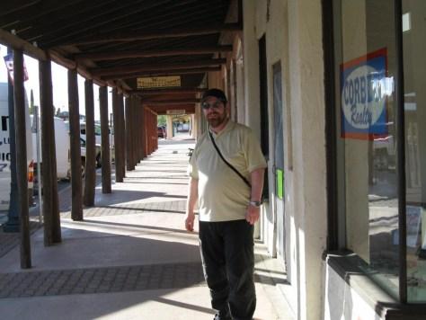 Ralf glücklich in einer Westernstadt