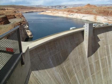 Die Staumauer, die den Lake Powell erzeugt hat.