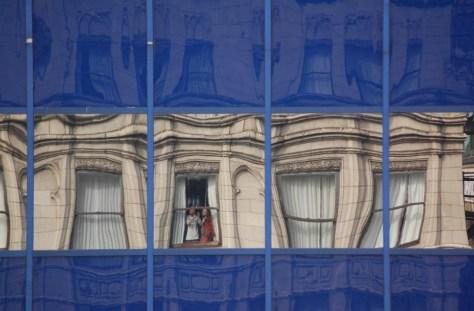 Wir beide spiegeln uns in unseren Hotelzimmer im Hochhaus gegenüber