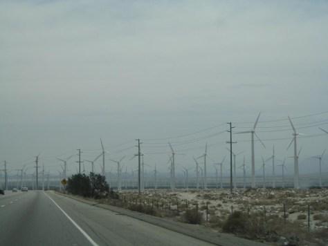 Windkraftpark am Stadtrand von Los Angeles