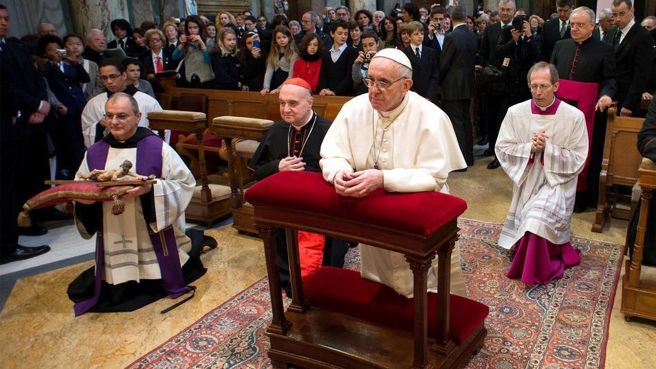 pope-francis_kneeling2013