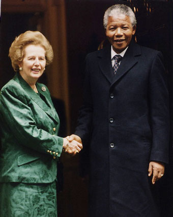 Margaret-Thatcher-and-Nelson-Mandela_shake-hands