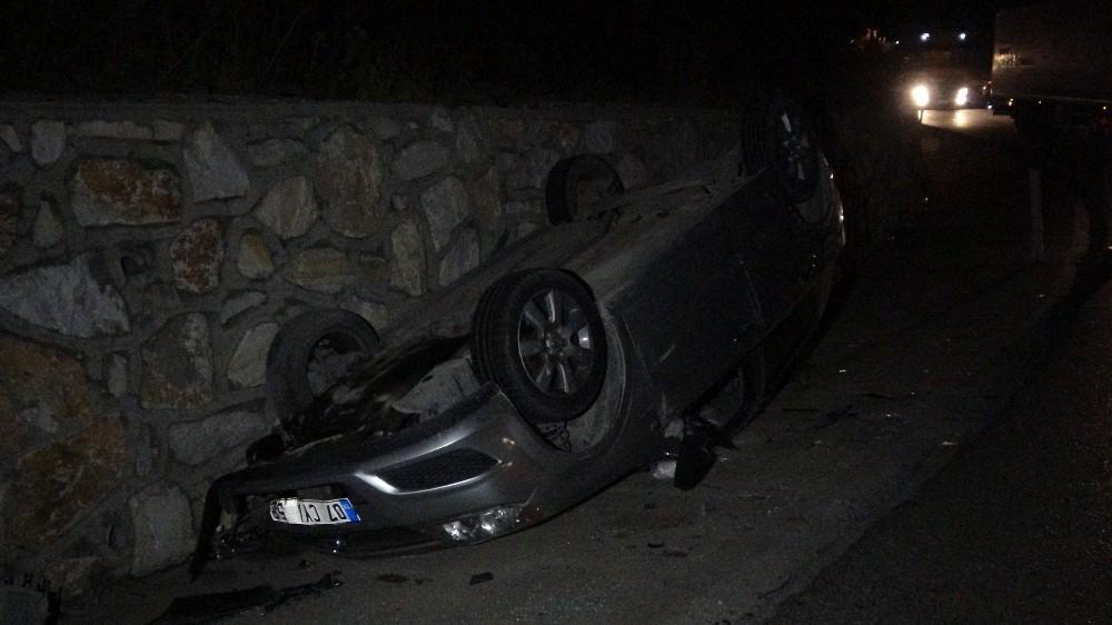 Tırdan düşen demirlere çarpan otomobil ters döndü; 3 yaralı
