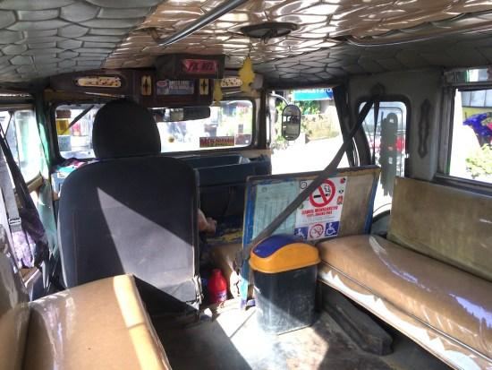 ジプニーの車内