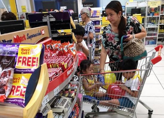 フィリピンのスーパーのレジ前