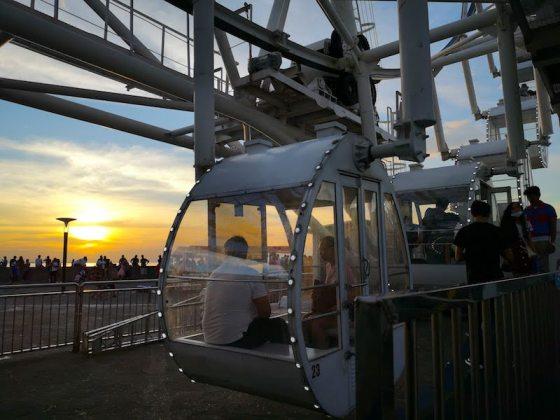 マニラ湾に沈む夕日を見れるMOA EYEの列