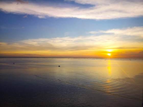 マニラ湾に沈む夕日を見れるMOA EYEの中からの世界三大夕日