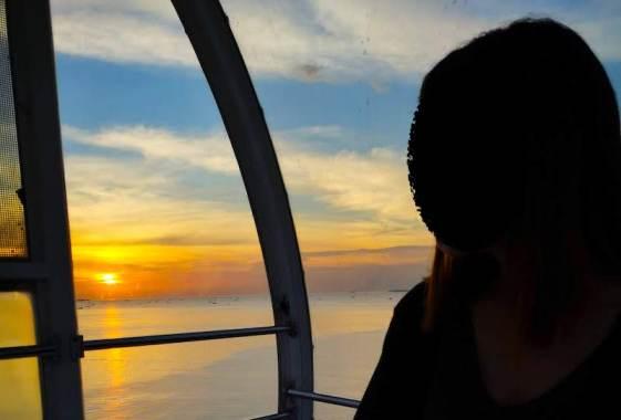 マニラ湾に沈む夕日を見れるMOA EYEの中からの風景