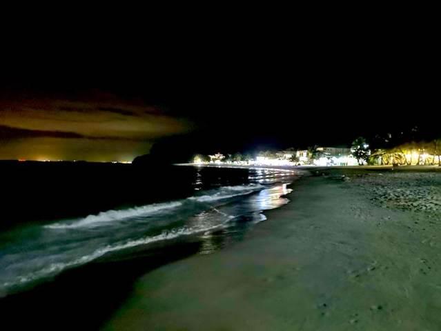 夜のプエルトガレラのホワイトビーチ
