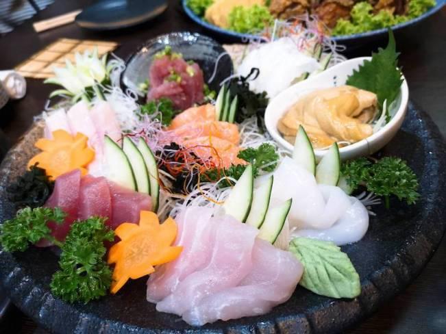 マニラのリトル東京の日本食レストラン「関取(Sekitori)」の食べ飲み放題メニューの刺身盛り合わせ