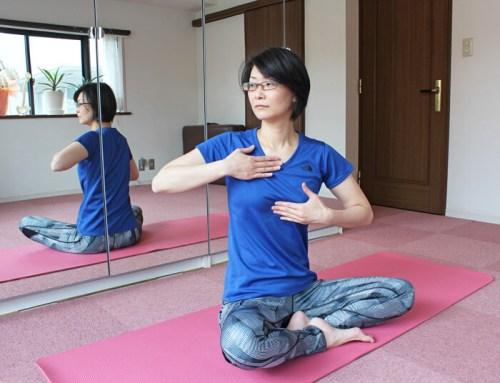胸郭を回旋させる女性
