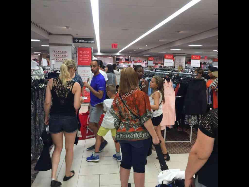 Туристы на распродаже брендовых вещей в Нью-Йорке