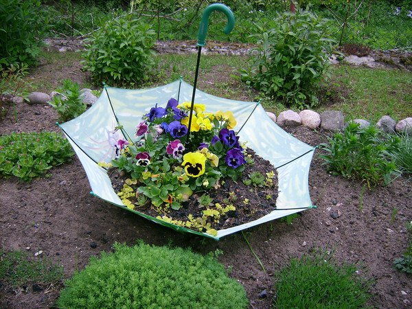 21 Mesmerizing DIY Projects That Will Beautify Your Garden This Summer usefuldiyprojects.com backyard (16)