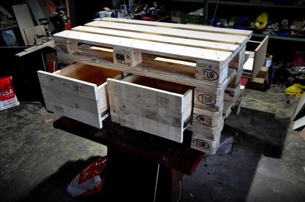 28 Incredible Methods of Recycling Old Pallets Into Creative Furniture Designs-usefuldiyprojects.com (14)