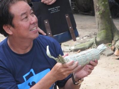 Oom Hoho memegang turus gula aren