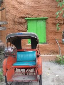 Mau naik becak keliling kota?