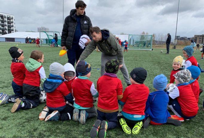 Fotballskolen har trening på Lørenbanen tirsdager klokka 17.30-18.30. Bilde av av 2016-gutta som får sine første instruksjoner.