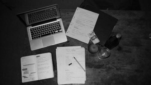 Björn schreibt seine Texte mangels Schreibtisch am liebsten in der Küche.