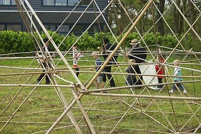 De vlaggenparade eindigt bij de bamboe piramide